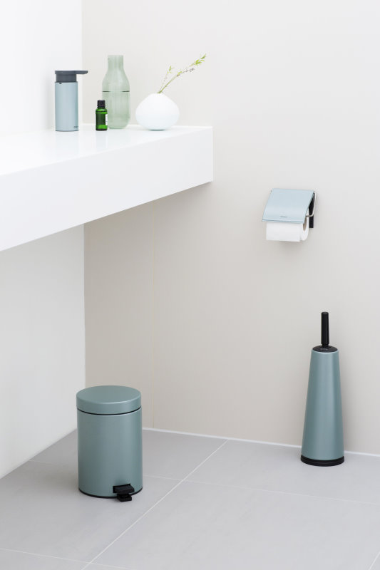 Brabantia 地中海風情衛浴組 金屬藍沐浴乳按壓瓶 定價$1,100元 金屬藍腳踏式環保桶3L定價$1,120元 金屬藍馬桶刷組 定價$1,600元