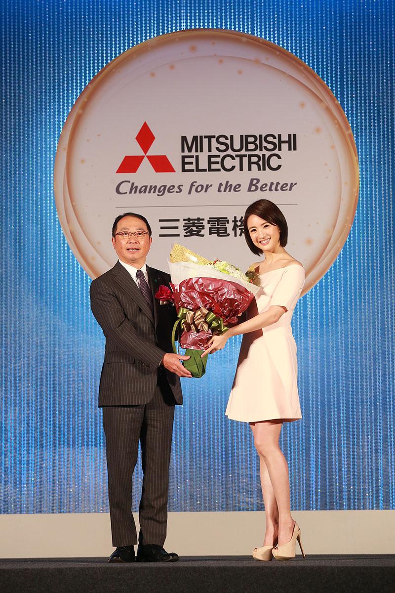 台灣三菱電機董事長兼總經理 稲葉元和及代言人林依晨 (2)