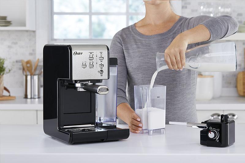 Oster頂級義式膠囊兩用咖啡機 三大技術升級 一鍵體驗咖啡油脂「黑」與細緻奶泡「白」
