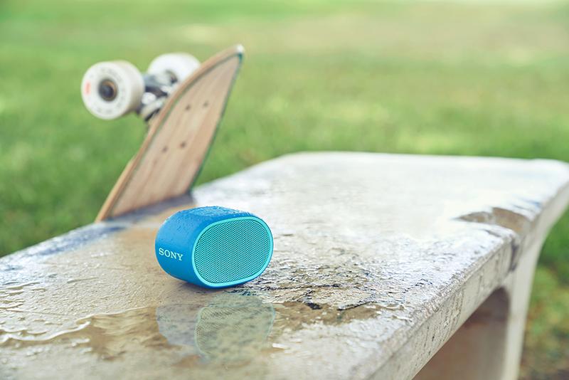 圖2) Sony SRS-XB01支援IPX5防水規格加上達6小時的播放電池續航力,無論是泳池、浴室或是戶外環境都可安心使用。