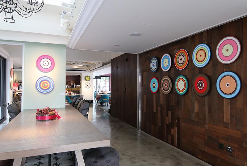 藝術家陳怡潔《連合島資料庫計畫》系列作品,繽紛同心圓和旅客歡樂團圓。。