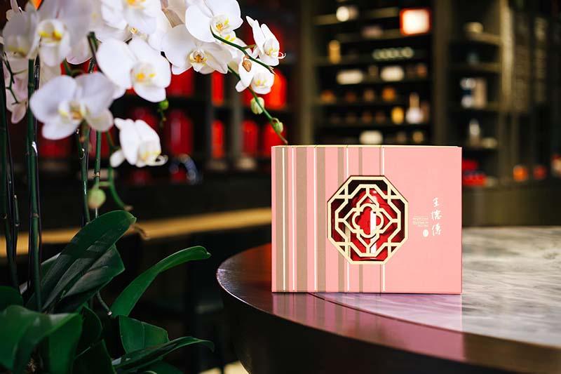 王德傳【好事近-美好禮盒】以活珊瑚橘色為主色,禮盒內含茶葉和茶包多種茶品,十分適合年節送禮
