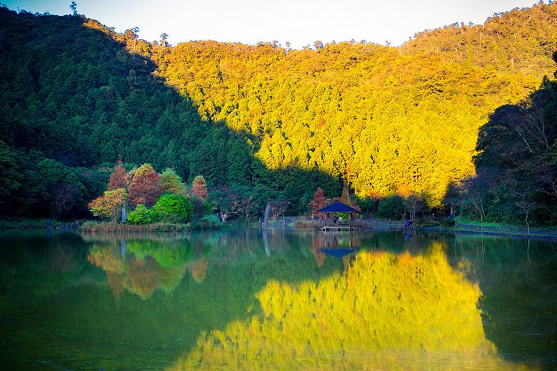 圖說:明池秋季湖上景色