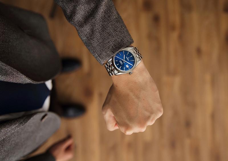 圖2.鋸齒狀浪型錶圈及海洋藍錶盤的沉穩藍鍊帶款