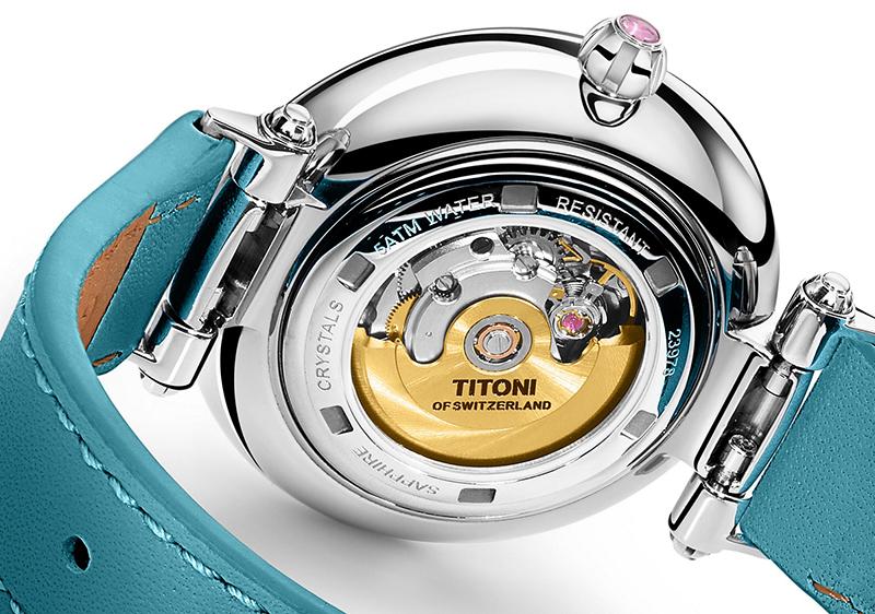 圖2. 透明的錶殼底蓋,讓配戴者能一窺自動機芯以及18K鍍金的華美自動擺陀