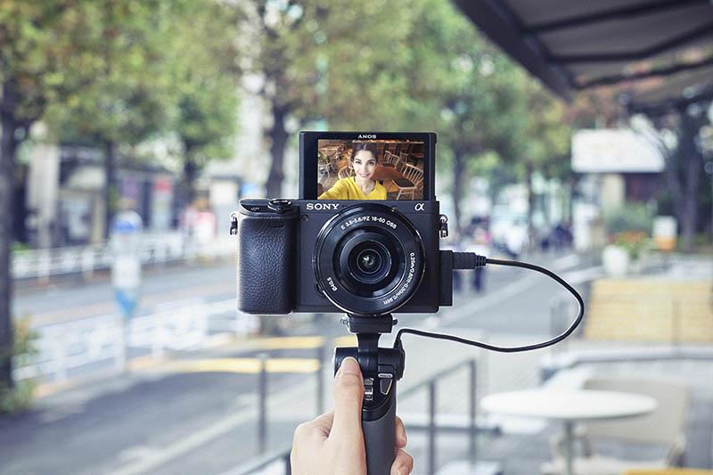 (圖4) Sony α6400 支援 4K影片拍攝及配備全新 180 度可翻轉 LCD 觸控螢幕,為專業攝影師、攝影玩家或 YouTuber Vlogger 等各類型創作者的最佳拍攝工具。
