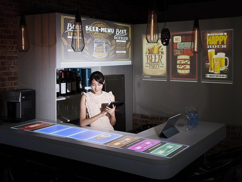 新聞圖片二:Epson雷射投影燈可隱身於上方照明軌道,完美融合於空間陳設中;雷射投影技術結合行動裝置的互動式遊戲,輕鬆地將傳統吧台打造成有趣的互動式遊戲體驗區。
