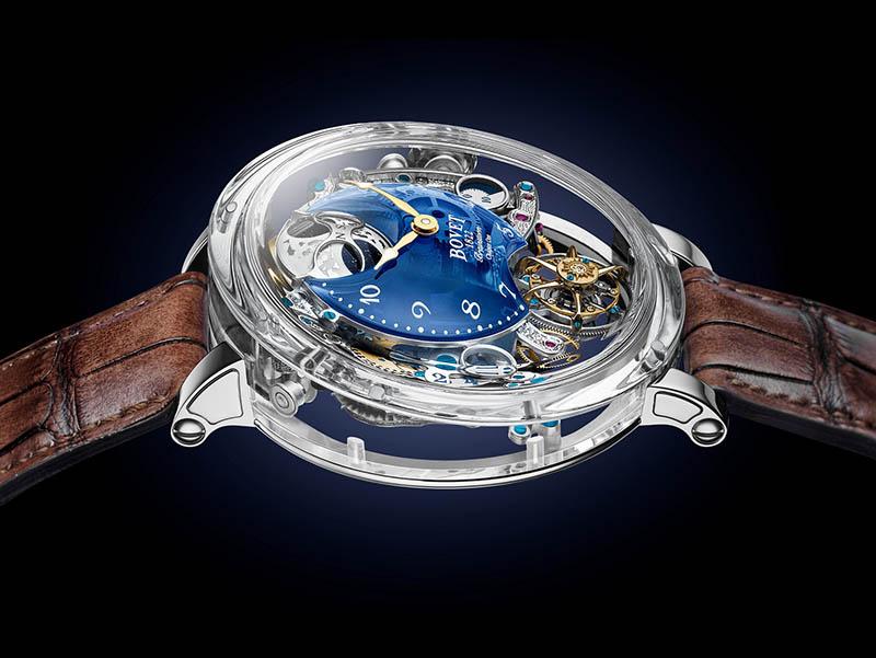 圖2.Récital 26 Brainstorm® Chapter One_透明藍色石英圓弧形錶盤,將機芯不同層次的美態展露眼前