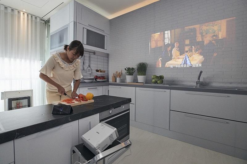 新聞照片六:內建5W低音反射式音箱的Epson EF-100自由「視」移動光屏,讓您可以一邊觀看喜歡的料理節目,也能一邊聽著喜歡的音樂,為做菜、煮飯的過程增添樂趣。