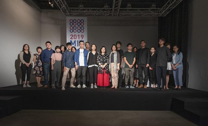 文化部藝術發展司長張惠君、畫廊協會理事長鍾經新、評審代表朱庭逸教授、MIT歷屆歷術家代表羅禾淋、本屆MIT藝術家、媒合畫廊代表合影