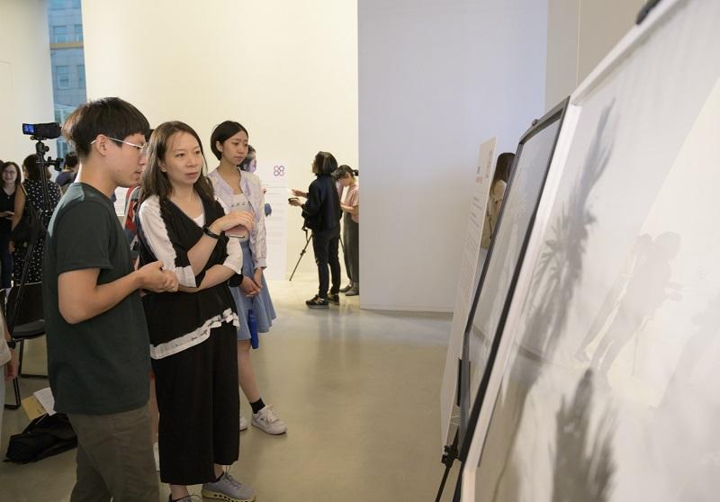 藝術家黃敏哲為評審代表朱庭逸教授導覽解說作品