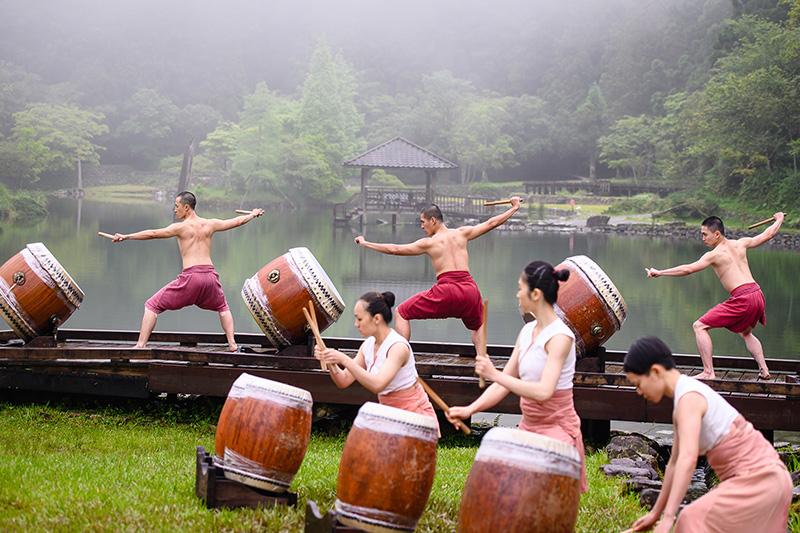 圖說-位於海拔一千多公尺的力麗馬告生態園區的明池湖打造成水劇場,強調生態環境與表演藝術的自然融合