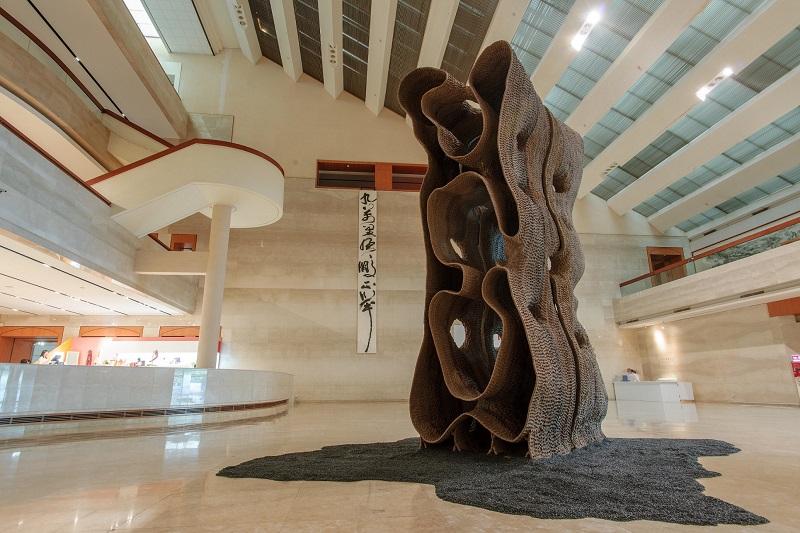圖為徐永旭於本次展覽首度公開亮相的巨型作品〈2019-1〉,一體成型近2層樓高的薄層高溫陶,相當考驗體力、技術與燒窯條件。