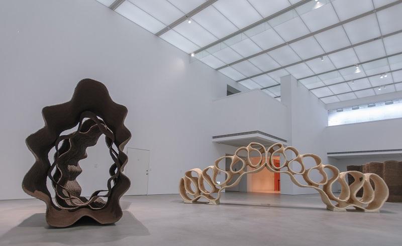 高美館《以光織界:徐永旭的藝術世界》展覽現場,純白的105展間與作品相互對話、呼應。