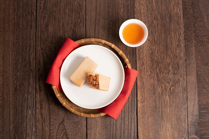 《微熱山丘》蘋果酥,糖漬慢煮保留紅玉蘋果丁的酸甜與清脆, 完美封存於深紅色的蘋果醬