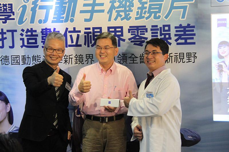 (左起)蔡司資深產品經理郭啟鉅、案例陳先生、信林大學眼科林均昶院長合影