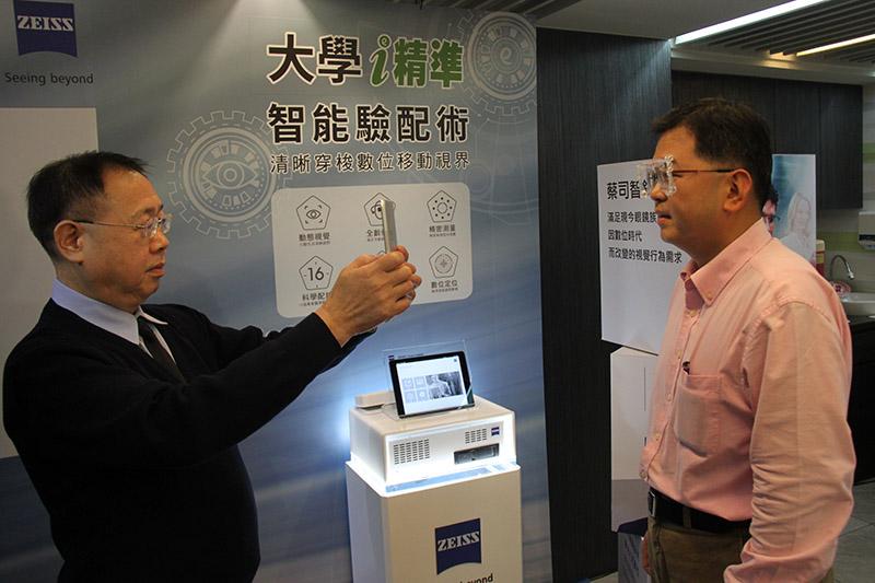 驗光師為案例用i.Com mobile數位定位儀檢測畫面