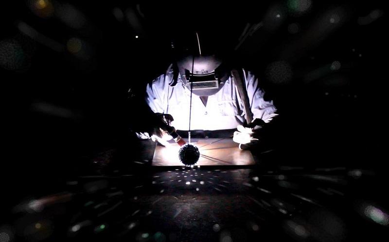 林君騤《為工廠焊一個宇宙》錄像截圖 (1)