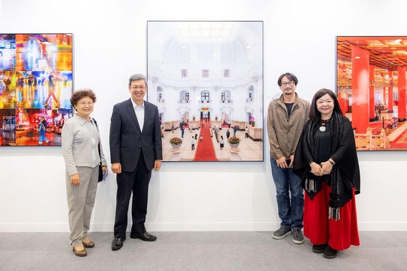 前副總統陳建仁伉儷參訪ART TAIPEI-「表裡之城」特展、與社團法人中華民國畫廊協會鍾經新理事長(右1)