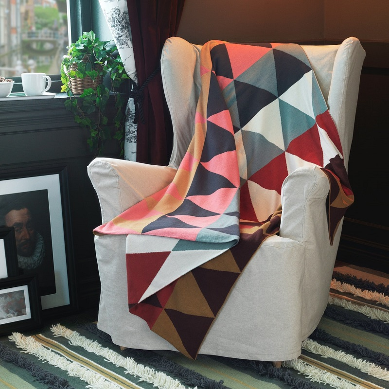 圖六:飽和色塊設計的萬用毯,放在臥室、客廳,或搭配其他暗色系產品,成為空間的亮點。