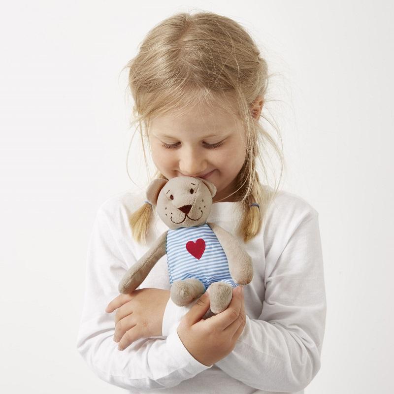 圖說3:光是小小一隻「FABLER BJÖRN泰迪熊」就經過百項檢測,包括唾液澱粉酶測試、拉扯測試,眼睛、鼻子等裝飾也以刺繡取代,確保孩子玩樂時安全無虞。