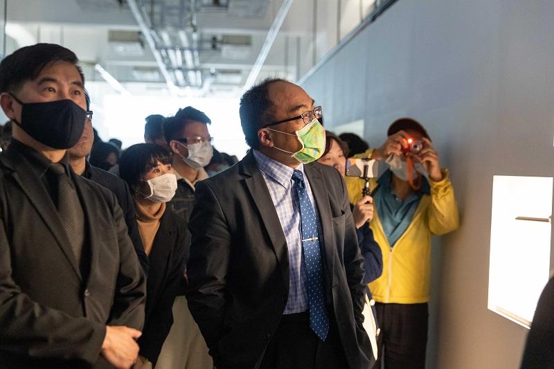 18. 呂正華局長與張基義院長參與設計作品導覽。2