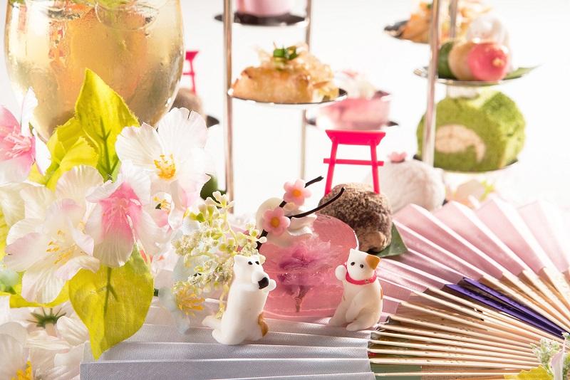 「櫻花水信凍」在清爽微涼的粉色透明凍中包覆一整朵櫻花,經過鹽漬後的櫻花帶有淡淡鹹味,隱約刺激著味蕾。(圖/六福旅遊集團提供)