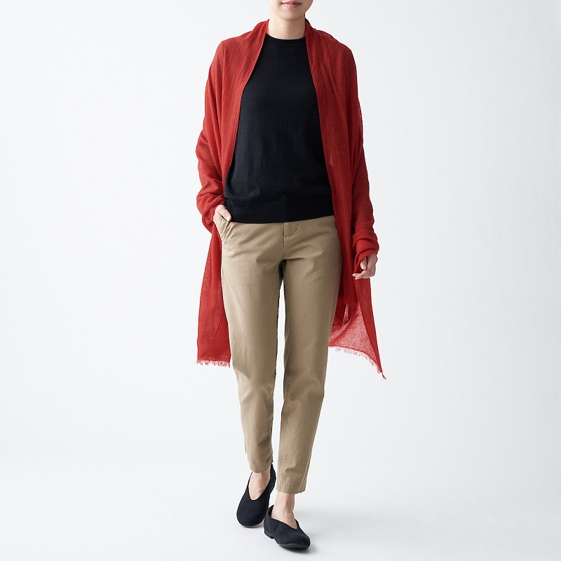 再生喀什米爾混大披肩,1,490元:將紡織過程掉落的喀什米爾原料再利用,織製成具有空氣感的紗線,具有蓬鬆柔軟的肌膚觸感。 (1)