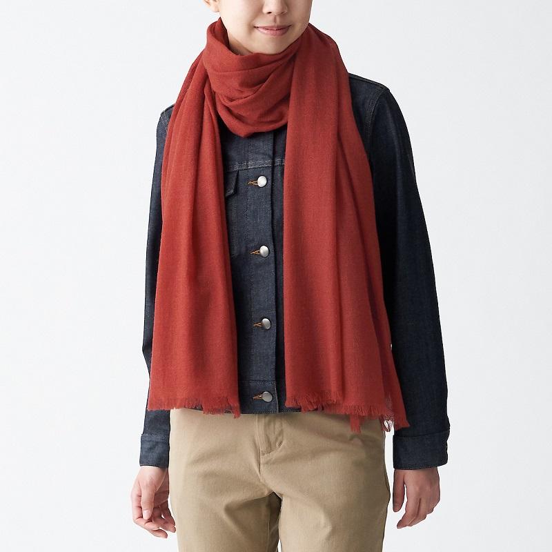再生喀什米爾混大披肩,1,490元:將紡織過程掉落的喀什米爾原料再利用,織製成具有空氣感的紗線,具有蓬鬆柔軟的肌膚觸感。 (2)