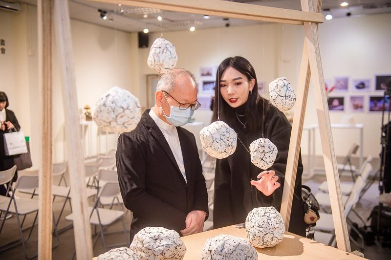 台灣藝術大學學生為法藍瓷總裁陳立恒講解作品創作理念