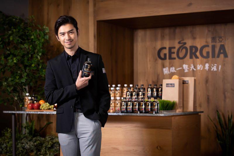 陳柏霖展現職場前輩風範,對上班族暖心喊話,鼓勵大家「追尋夢想的同時,不要忘了讓『GEORGIA 喬亞咖啡』為你加油!」(可口可樂公司提供)S