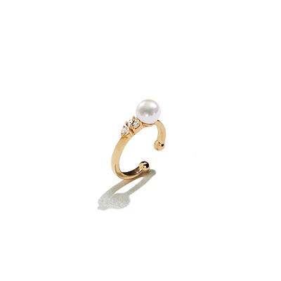 簡約珍珠寶石耳扣,定價NT3,800。(圖/ARTISMI提供)