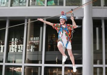 76歲盛竹如冒險挑戰10公尺高空空降